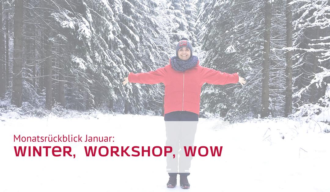 Julia auf einem verschneiten Waldweg mit ausgebreiteten Armen. Sie lacht in die Kamera, trägt eine rote Jacke und eine Mütze.